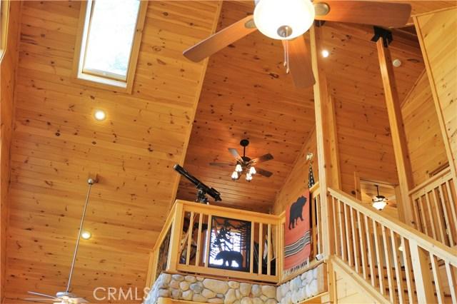 15817 Edgewood Way, Pine Mtn Club CA: http://media.crmls.org/mediascn/eb8625d1-6769-40d1-ac73-879b9b84225a.jpg