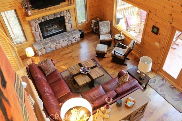 15817 Edgewood Way, Pine Mtn Club CA: http://media.crmls.org/mediascn/f580d1d4-6d17-4039-b155-d825e09ae44b.jpg