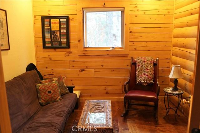 15817 Edgewood Way, Pine Mtn Club CA: http://media.crmls.org/mediascn/fad6ca01-32e4-4ece-aa78-e96a95c30fa8.jpg