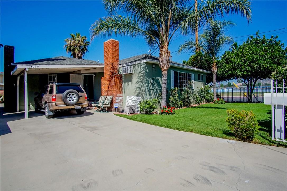 13059 Dronfield Avenue, Sylmar CA: http://media.crmls.org/mediascn/feaf1ffc-8e83-41eb-9bc6-126d268fe740.jpg