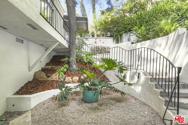 3246 Primera Avenue, Los Angeles CA: http://media.crmls.org/mediaz/019DCCF8-C719-447A-9E29-7A0DC01BE11C.jpg