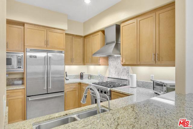 4050 Glencoe Avenue, Marina del Rey CA: http://media.crmls.org/mediaz/03FB5312-E5B6-4B0E-A39E-4209C668770F.jpg