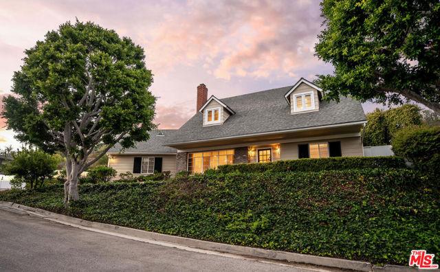 1100 Las Pulgas Place, Pacific Palisades CA: http://media.crmls.org/mediaz/07B9FCB8-3809-4A5B-87E4-AB325C50E659.jpg