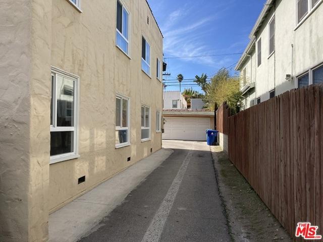 1327 S Rimpau Boulevard, Los Angeles CA: http://media.crmls.org/mediaz/0E3EC745-C561-4F54-A5B2-71753904E390.jpg