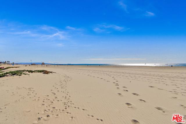 6400 PACIFIC Avenue, Playa del Rey CA: http://media.crmls.org/mediaz/0F52CDE8-5EBE-4230-84E4-2E8B539B91F5.jpg