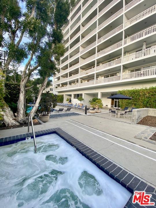 999 N Doheny Drive, West Hollywood CA: http://media.crmls.org/mediaz/103BACA7-ACBC-4E88-BA6B-9458E94A7EF0.jpg