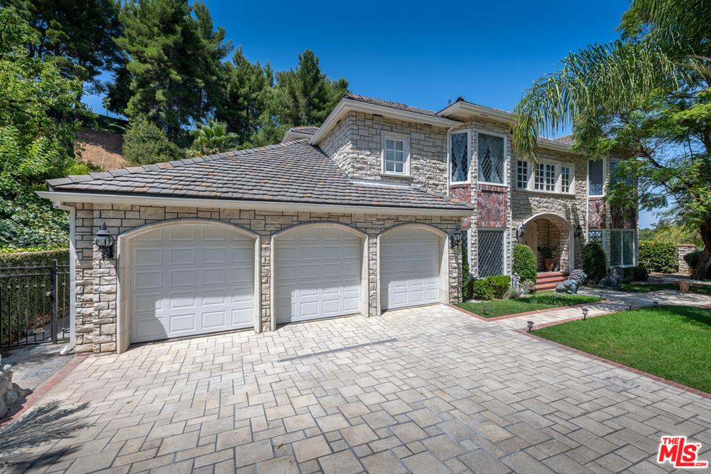 3615 Hayvenhurst Avenue #  Encino CA 91436