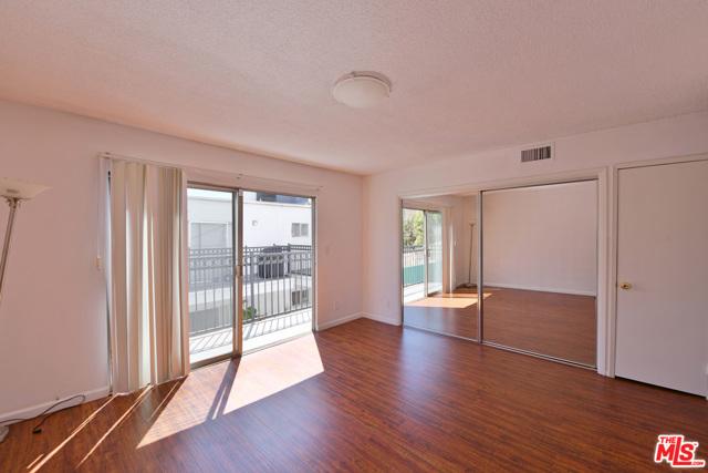 136 S PALM Drive, Beverly Hills CA: http://media.crmls.org/mediaz/233A9407-DCD8-477E-813B-E08252E8EDEE.jpg