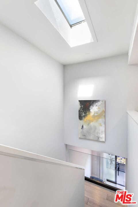 9315 Burton Way, Beverly Hills CA: http://media.crmls.org/mediaz/2676B85E-B444-4247-9EAB-E39DD1AA1039.jpg