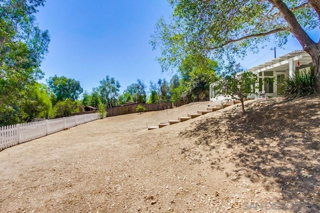 2840 Via Arroyo, Fallbrook CA: http://media.crmls.org/mediaz/29884dd6-7976-463a-bf7d-536c9f0b4d2b.jpg