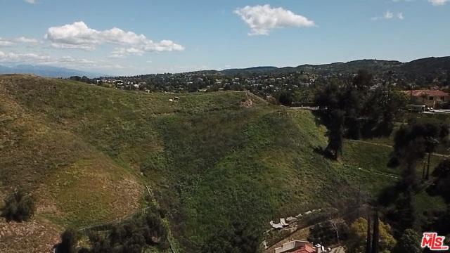 4933 N CERRILLOS Drive, Woodland Hills CA: http://media.crmls.org/mediaz/381F8FE3-0E45-4926-A833-B6C2F62FDE23.jpg