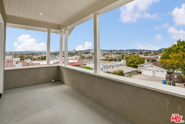 4632 St Charles Place, Los Angeles CA: http://media.crmls.org/mediaz/3850D93D-FDD3-4795-92AA-E3A9B850C3BE.jpg
