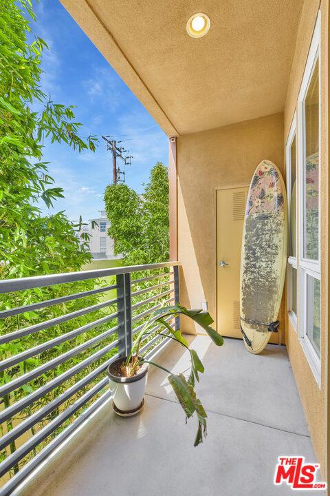 4050 Glencoe Avenue, Marina del Rey CA: http://media.crmls.org/mediaz/398B1754-08F4-424B-BEEE-99E75FE4CF8B.jpg