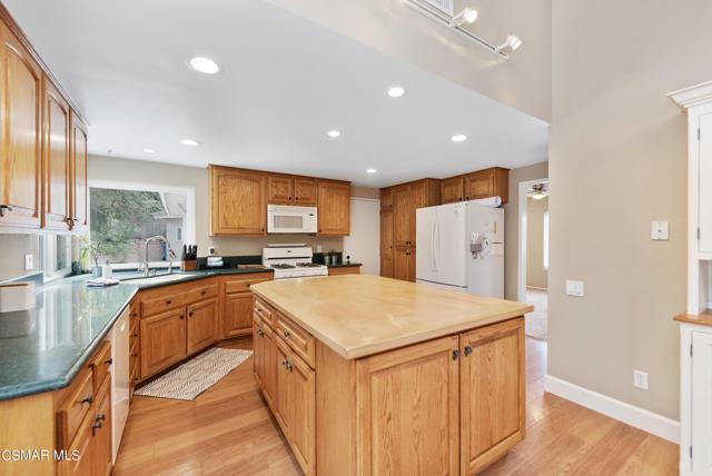 658 Bonwit Place, Simi Valley CA: http://media.crmls.org/mediaz/3E2C7F3B-B8B4-4E70-B303-8C040B5C0881.jpg