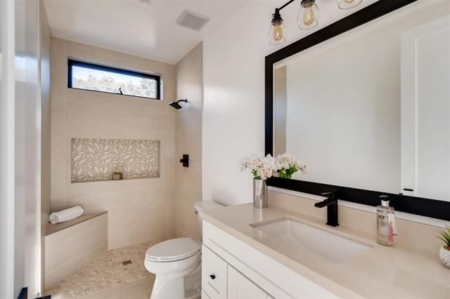 1041 Van Nuys, San Diego CA: http://media.crmls.org/mediaz/410A4876-9498-4125-BEBD-772F04CABA93.jpg