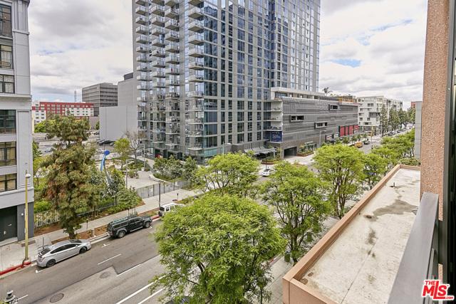 1111 S GRAND Avenue, Los Angeles CA: http://media.crmls.org/mediaz/427F0863-DE04-4364-94D8-E4E6E05EA2CF.jpg