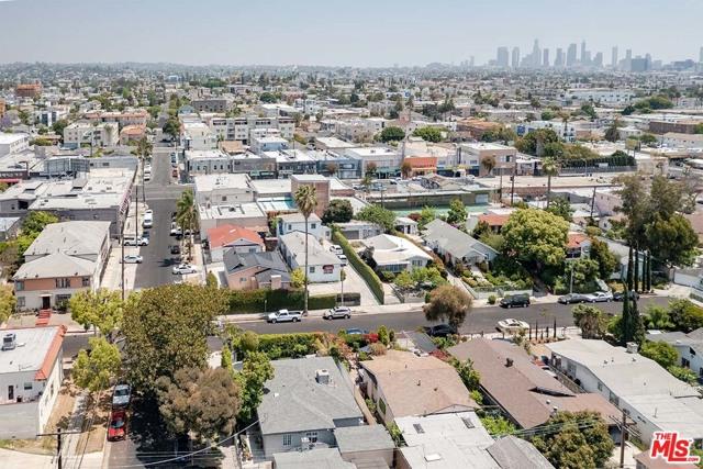 550 N Manhattan Place, Los Angeles CA: http://media.crmls.org/mediaz/429B2DCD-0CE6-4C6A-8001-28CCF5D2F22E.jpg