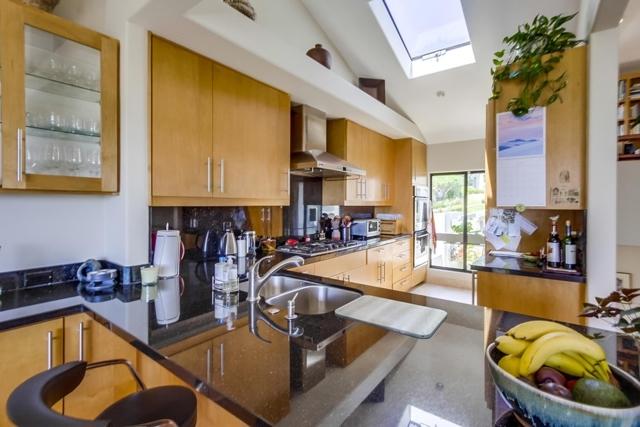 13330 Caminito Mar Villa, Del Mar CA: http://media.crmls.org/mediaz/43571FEF-9988-4982-99E1-BF1EA6C0A886.jpg