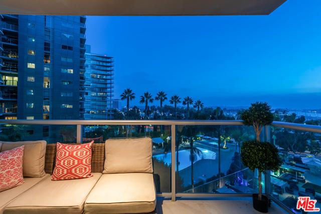 13700 Marina Pointe Drive, Marina del Rey CA: http://media.crmls.org/mediaz/47286389-E28F-4704-91DD-A9A46947E6A4.jpg