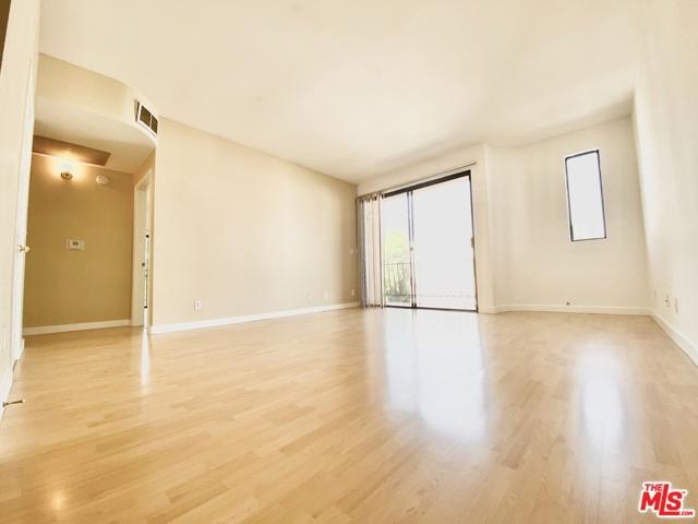 350 N oakhurst Drive, Beverly Hills CA: http://media.crmls.org/mediaz/47C3663C-16D1-4559-B635-E4CB39C65EE8.jpg