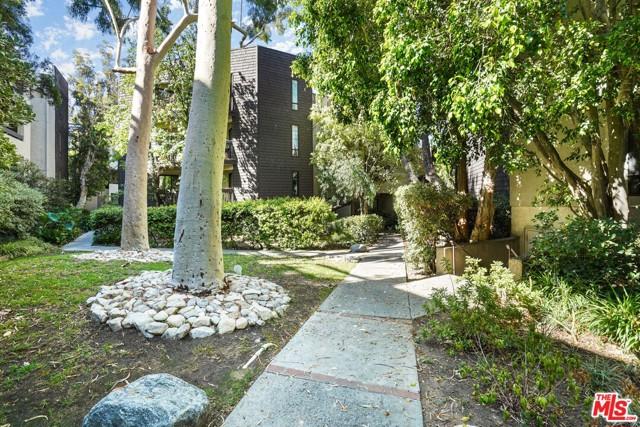 950 N Kings Road, West Hollywood CA: http://media.crmls.org/mediaz/4CE0A5EC-35DA-41D6-99F0-3D66768202A9.jpg