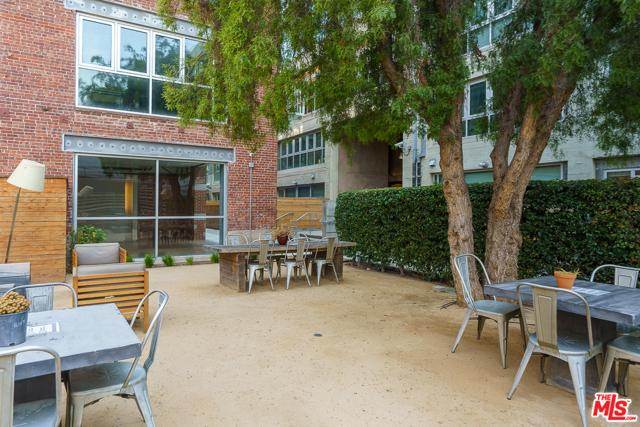 530 S Hewitt Street, Los Angeles CA: http://media.crmls.org/mediaz/4D658438-7965-46FD-BD4A-1178F891C1FD.jpg