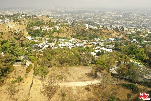 9229 Crescent Drive, Los Angeles CA: http://media.crmls.org/mediaz/4E868247-A011-40AD-861E-E14F640A1BD7.jpg
