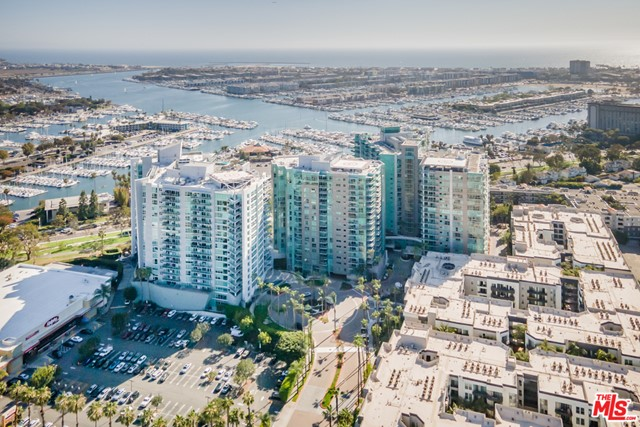 13700 Marina Pointe Drive, Marina del Rey CA: http://media.crmls.org/mediaz/52A93620-BCD4-4D35-B9C9-8F111182F020.jpg