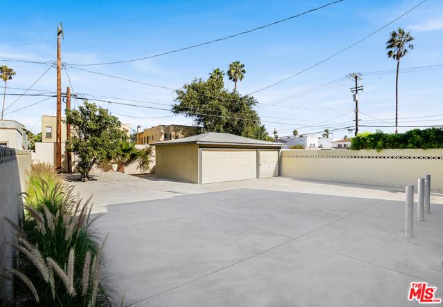1166 S Cochran Avenue, Los Angeles CA: http://media.crmls.org/mediaz/5CF9F226-8AB7-4B37-83AA-5268F19E31C5.jpg