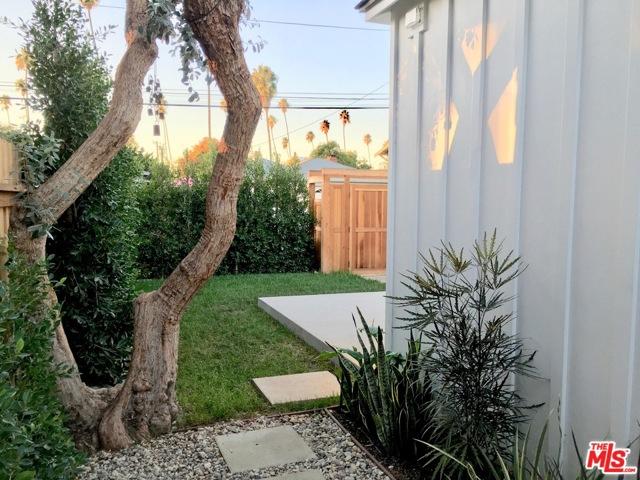 700 WOODLAWN Avenue, Venice CA: http://media.crmls.org/mediaz/5EE6B595-3DF5-4E4F-B4B7-26A195C1DE0B.jpg