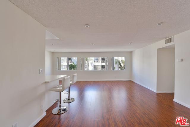 136 S PALM Drive, Beverly Hills CA: http://media.crmls.org/mediaz/5F0A2012-8F03-4084-BB06-F67D70391787.jpg