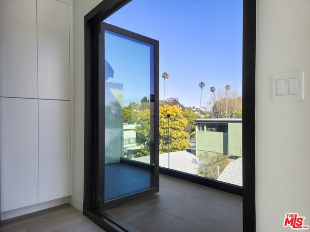 2225 4Th Street, Santa Monica CA: http://media.crmls.org/mediaz/67D13A36-2307-4EF5-A87C-D878DF155A79.jpg