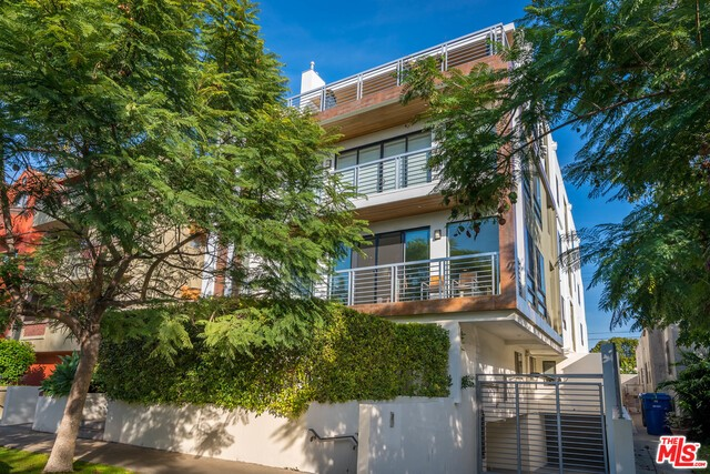 Condominium for Rent at 812 Croft Avenue N Los Angeles, California 90069 United States