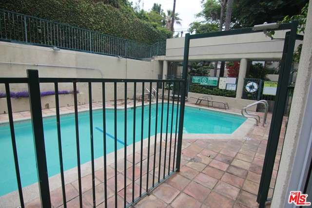 939 PALM Avenue, West Hollywood CA: http://media.crmls.org/mediaz/6A535F4E-2BA0-4247-B125-7C0BC112C90D.jpg