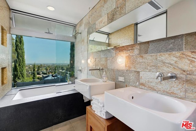 7831 Hillside Avenue, Los Angeles CA: http://media.crmls.org/mediaz/73182005-5310-40DE-9A3A-2747BB64B454.jpg
