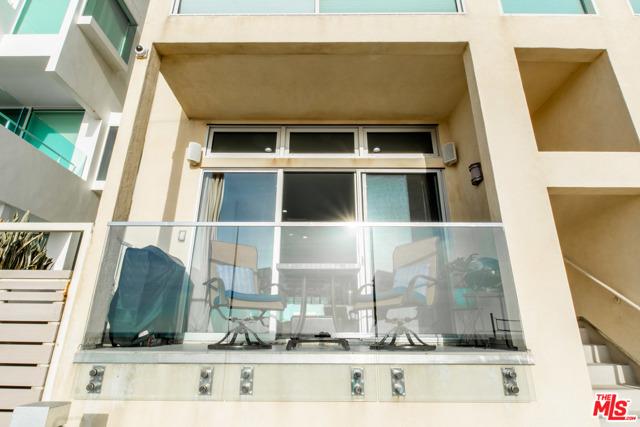1 IRONSIDES Street, Marina del Rey CA: http://media.crmls.org/mediaz/76E25937-4D41-4A4A-805A-EE9F61D8453B.jpg