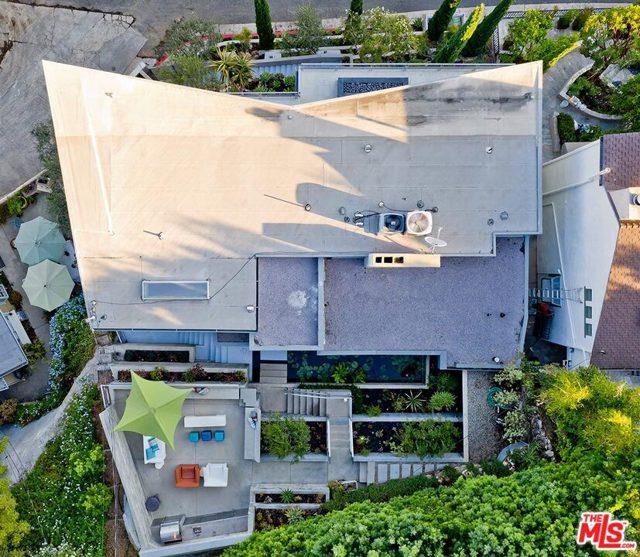 7831 Hillside Avenue, Los Angeles CA: http://media.crmls.org/mediaz/77051126-6137-4249-92AC-2E189184369E.jpg