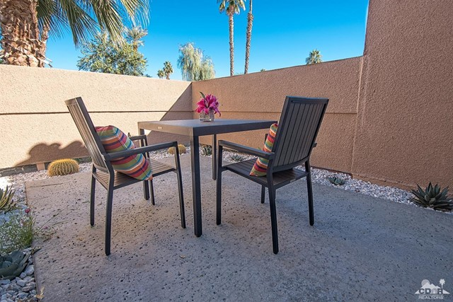 125 Lake Shore Drive, Rancho Mirage CA: http://media.crmls.org/mediaz/7DFBE72D-377A-4E4A-861C-F2EA331BA49F.jpg