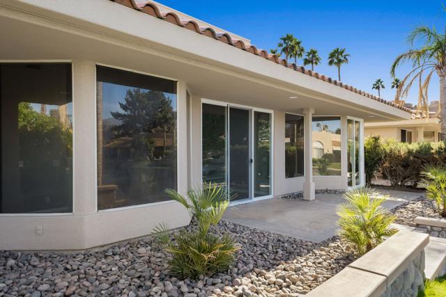 212 Desert Lakes Drive, Rancho Mirage CA: http://media.crmls.org/mediaz/7F086203-6E5A-47A6-8B7C-53568D4B3D37.jpg