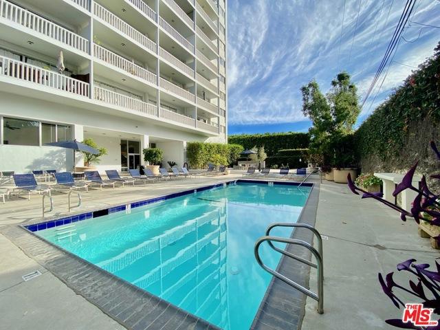 999 N Doheny Drive, West Hollywood CA: http://media.crmls.org/mediaz/7F45172E-9354-4F94-9C23-7B2715E0696A.jpg