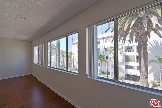 136 S PALM Drive, Beverly Hills CA: http://media.crmls.org/mediaz/82C6EEF7-E475-4344-96DD-04824C27F422.jpg