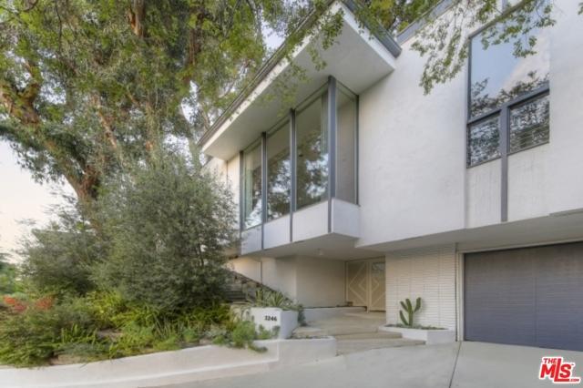 3246 Primera Avenue, Los Angeles CA: http://media.crmls.org/mediaz/8318FBEC-A098-4C55-ABE5-D71626A95D4E.jpg