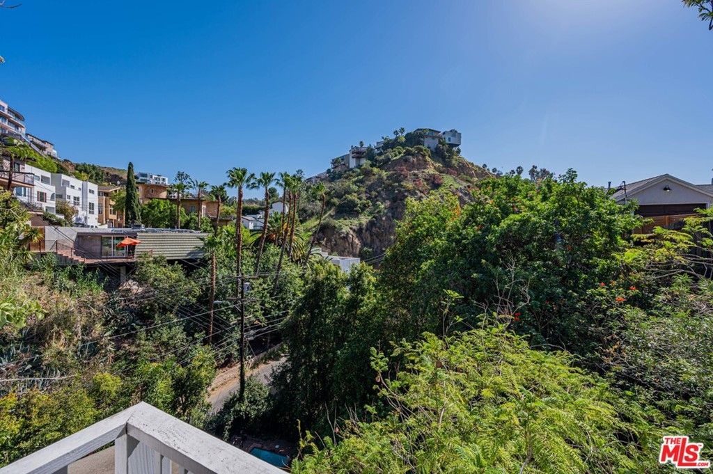 2405 Holly Drive #  Los Angeles CA 90068