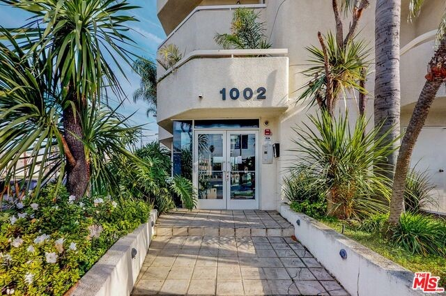 1002 S BURNSIDE Avenue, Los Angeles CA: http://media.crmls.org/mediaz/86256EB7-4680-48B4-9B82-1D23ABC4C842.jpg