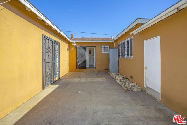 1417 W 127Th Street, Los Angeles CA: http://media.crmls.org/mediaz/86AEAD8F-8FE3-44EB-A319-4717784473B5.jpg
