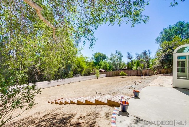 2840 Via Arroyo, Fallbrook CA: http://media.crmls.org/mediaz/88b429b4-5211-41d7-9946-50d3dacd497c.jpg
