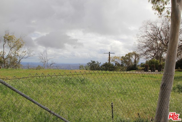 9229 Crescent Drive, Los Angeles CA: http://media.crmls.org/mediaz/8CECE708-2F9F-495E-919F-DF731C4687C7.jpg