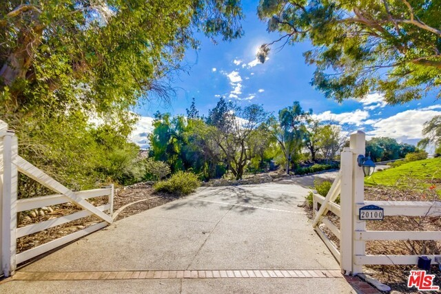 Single Family Home for Sale at 20100 San Fernando Mission Chatsworth, California 91311 United States