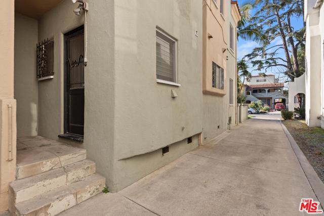 1020 S ALFRED Street, Los Angeles CA: http://media.crmls.org/mediaz/90586AC0-7CBC-4999-AE94-4885F1F43E59.jpg