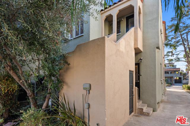1020 S ALFRED Street, Los Angeles CA: http://media.crmls.org/mediaz/930112C4-1828-495D-9988-09FB80D1548B.jpg
